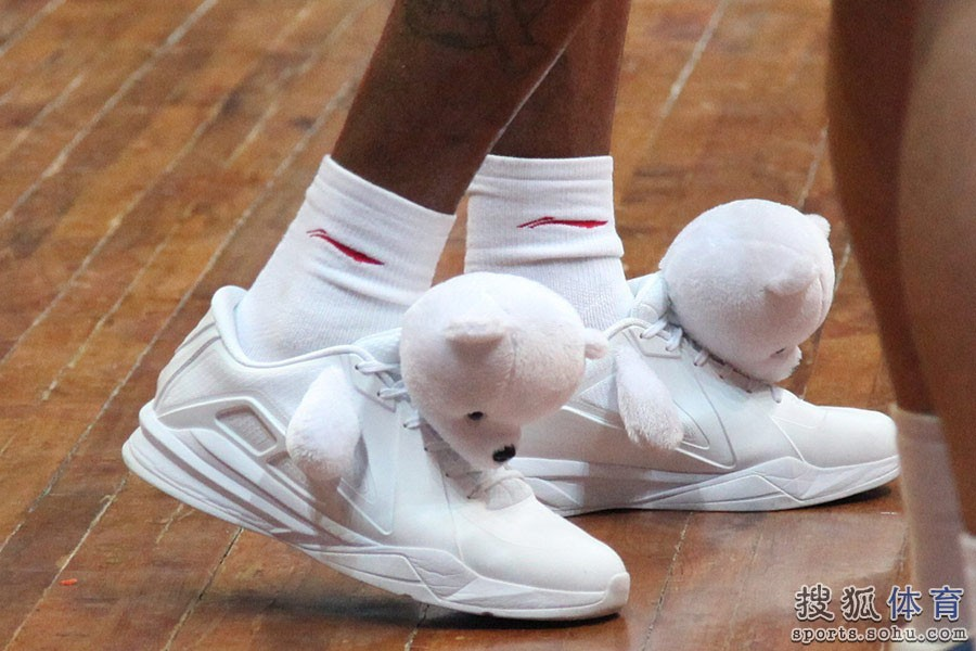 metta-world-peace-wears-panda-sneakers-01