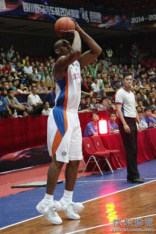 metta-world-peace-wears-panda-sneakers-04